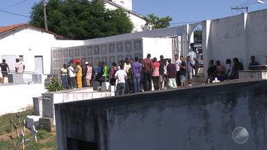 Após manifestação, vítima de assassinato no bairro Jardim Nova Esperança é enterrada - Duas pessoas foram mortas na localidade essa semana e moradores incendiaram um ônibus em protesto contra os crimes.