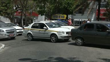 Taxista é assaltado e categoria cobra mais segurança em Campina Grande - Segundo sindicato da categoria, quase todos os taxistas da cidade já foram vítimas dos bandidos.