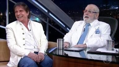 Roberto Carlos fala sobre fé e conta que acorda tarde - Jô pergunta se o cantor está com alguma nova mania