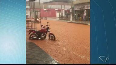 Duas famílias ficam desalojadas em Mantenópolis, no Noroeste do ES - Uma casa ficou danificada, sete residências alagadas e um muro caiu.Motorista capotou na ES-164, após barreira atingir parte da estrada.