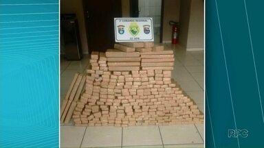 Após denúncia, PM apreende 194 kg de maconha em Umuarama - Segundo o informante, as pessoas estavam passando a droga de um carro para outro, em frente ao parque de exposições da cidade. Cinco foram detidas.