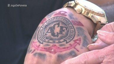 Willian mostra tatuagem em homenagem à Chapecoense e ao 'Mais Você' - Barbeiro explica que tatuagem também representa o Corinthians, seu time do coração