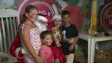 Papai Noel da RPC passou por cinco regiões da cidade - Além de abraçar o papai noel, a criançada também participou de várias atividades durante o evento.