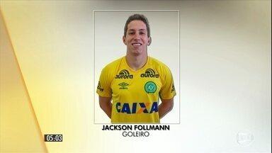 Primeiro sobrevivente da tragédia da Chapecoense chega a São Paulo - Goleiro Jackson Follmann deve passar por uma cirurgia. Ele foi levado para o hospital Albert Einstein.