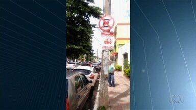 Carros são flagrados estacionados em locais proibidos, em Goiás - Em uma das situações, os veículos ocuparam toda a calçada de um trecho da Avenida Castelo Branco, dificultando a travessia de pedestres.