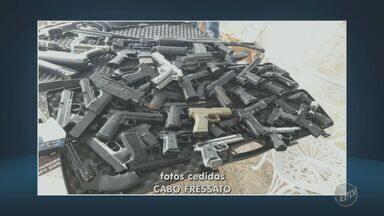 Polícia Militar encontra mais de 100 armas falsas e verdadeiras em Sto. Antônio de Posse - Munições foram encontradas também, segundo os policiais