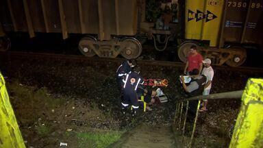Pedestre é atingido por trem em Juiz de Fora - Segundo maquinista, jovem caminhava às margens da linha férrea. Ele foi levado para o HPS com ferimentos leves e já teve alta.
