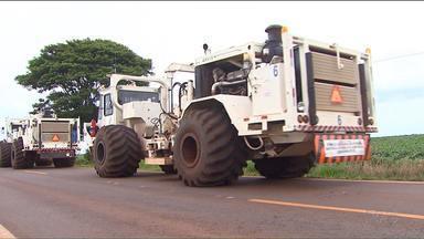 Busca por reservas de petróleo e gás natural chama atenção e gera polêmica - A comitiva de caminhões passa agora pela região oeste do Paraná. Por causa dos danos à natureza, a extração de gás natural causa muita polêmica.