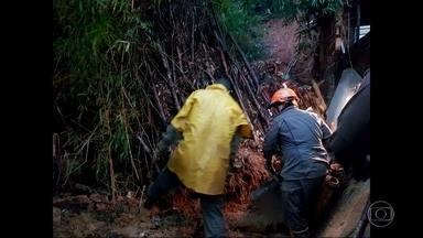 Idosa morre depois de deslizamento de terra em Xerém - Idosa de 69 anos morreu depois de um deslizamento de terra em Xerém. O acidente provavelmente foi provocado pela chuva forte e prolongada na região.