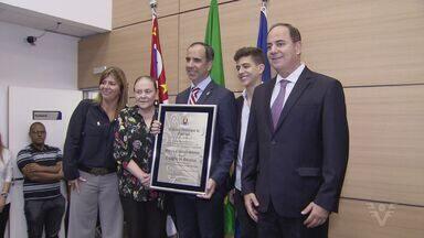 Diretor e presidente do Jornal A Tribuna recebe título de cidadão Guarujaense - Cerimônia aconteceu na Câmara Municipal.