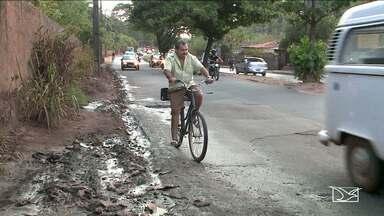 Estrutura das calçadas da Estrada de Ribamar gera reclamação de pedestres e ciclistas - Mato, lixo e areia fazem com que os pedestres precisem andar próximo aos carros aumentando o risco de acidentes.