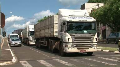 Caminhoneiros fizeram um buzinaço no meio da tarde, em Foz do Iguaçu - Foi em protesto contra a greve dos auditores da Receita Federal, que vem atrasando a liberação de cargas de importação e exportação, na fronteira.