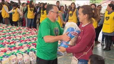 Mais de mil famílias carentes recebem cestas básicas - A doação faz parte de uma campanha de Natal da Legião da Boa Vontade.