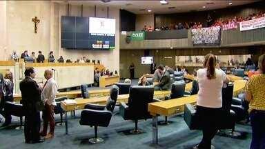Vereadores de São Paulo reajustam seus próprios salários em 26% - Numa sessão extraordinária, os vereadores de São Paulo aprovaram o aumento de salário da própria gestão. Na mesma sessão, foi votado o orçamento da capital para o ano de 2017.