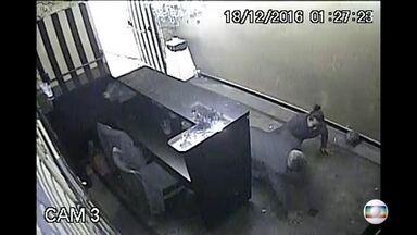 Câmeras de segurança mostram momento em que funcionário de casa noturna é assassinado - O crime aconteceu na Vila Guilherme, zona norte da capital, no domingo (18). Testemunhas disseram para a polícia que os dois suspeitos são clientes da boate, que arrumaram briga na boate.