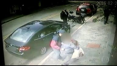 Câmeras de segurança registram tentativa de assalto a idosa em Santo André - A idosa viveu momentos de pânico. Os bandidos tentaram assaltá-la quando a senhora foi buscar os dois netos. Toda a ação dos criminosos e o desespero da mulher para proteger as crianças foram registrados por câmeras de segurança.