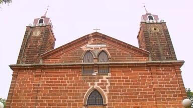 Rústica e charmosa. - A igreja principal de Timburi é bem diferente. Feita de arenito Botucatu a igreja tem um charme especial que você confere assistindo o vídeo: