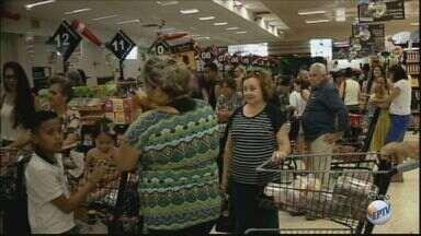 Consumidores lotam supermercados para compras da ceia na véspera de Natal - Em Rio Claro, eles funcionam até às 20h e no domingo não abrem.