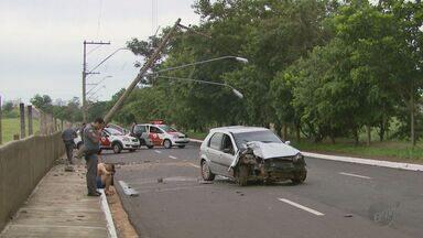 Suspeitos de roubo capotam carro na Avenida Fábio Barreto em Ribeirão Preto - Na Via Norte, preso em 'saidinha' de Natal bateu veículo em poste.