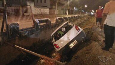 Carro cai em valão na avenida Leitão da Silva, em Vitória - Motorista estava a caminho do supermercado para fazer compras de Natal.