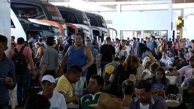 Milhares de passageiros passam pela rodoviária de Goiânia - Empresas criaram 500 novos horários para atender à demanda.