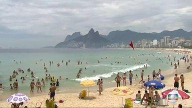 Banhistas aproveitam a véspera do Natal na Praia do Arpoador - Apesar das nuvens carregadas, muitos banhistas resolveram aproveitar o sábado (24) na praia. A previsão é de que pancadas de chuva atinjam o Rio no final da tarde.