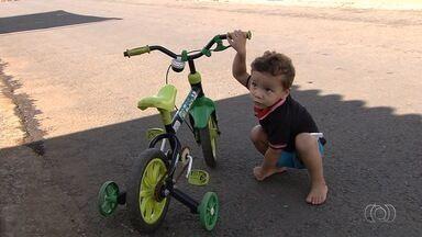 Mãe luta para conseguir biópsia para criança na rede pública de saúde, em Goiás - Luiz Felipe, de 2 anos, nasceu com um problema no intestino.