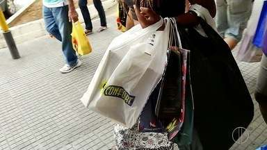 Comprar presentes de última hora deixa de ser hábito em Nova Friburgo, no RJ - Movimento no comércio da cidade na manhã deste sábado (24) estava tranquilo.