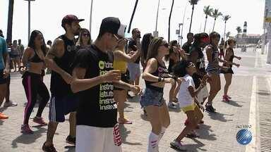 Verão: grupo de dança mostra as principais coreografias para a estação - A reportagem foi até a Barra, em Salvador, com a turma da Fit Dance; confira.