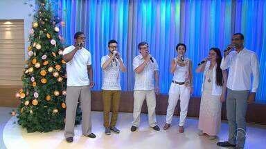 Grupo Vocal 5 canta músicas natalinas no estúdio do Jornal do Almoço - Conjunto venceu o concurso 'A Cappella', do Domingão do Faustão.