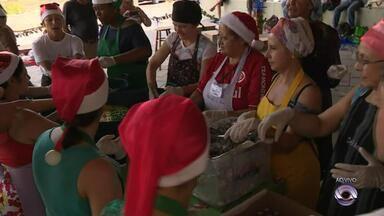 Voluntários preparam almoço de Natal para moradores em situação de rua em Porto Alegre - Iniciativa será repetida na véspera de Ano Novo.