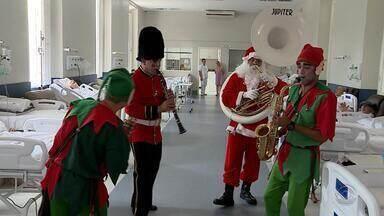 Músicos do Exército vestem fantasias para alegrar Natal de idosos do Asilo Padre Cacique - Iniciativa acontece há três anos na capital.