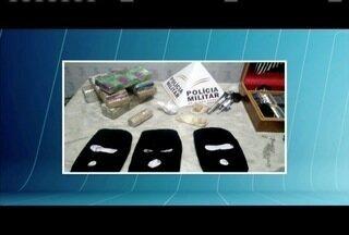 Seis pessoas são detidas com 5,3 quilos de maconha em Almenara - PM apreendeu também100 gramas de crack, um revólver e tocas ninjas.