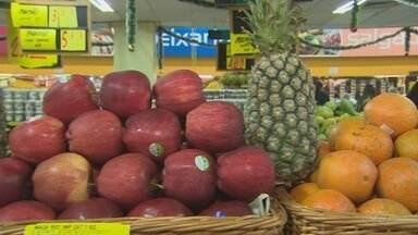 Frutas são uma boa opção para decorar mesa no Natal - Vendas aumentam no período.