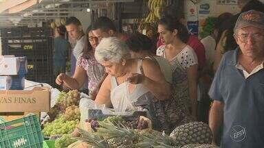 Consumidores de Campinas vão às compras na véspera de Natal - Lojas e shoppings estenderam horário de funcionamento para ampliar vendas.