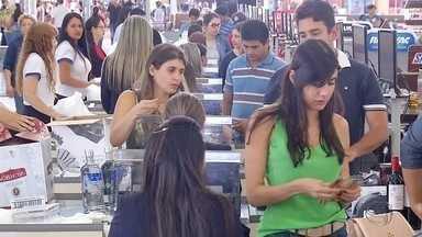 Pessoas vão até Ponta Porã para comprar presentes natalinos - Muitos compradores também optaram por ir até a fronteira para comprar presentes de Natal. Tantos os artigos importados quanto nacionais fizeram a alegria do cliente.
