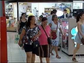 Consumidores que deixaram as compras de Natal para a última hora encontrou lojas cheias - Algumas lojas reforçaram o numero de funcionários.