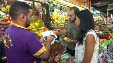 No Mercado Municipal de SP, correria para comprar o que falta para a ceia - Entre as frutas, a procura maior era por cereja, ameixa e pêssego. Muita gente reclamou do preço, mas se divertiu com o forro Natalino. O dia da ceia foi dia de comprar os ingredientes da ceia.