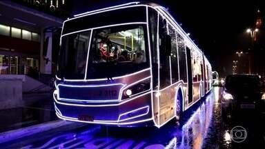 Ônibus iluminados deixam as ruas de SP no clima do Natal - Papai Noel motorista se emociona com a alegria das crianças. A cobradora, vestida de Mamãe Noel, não cobra passagem.