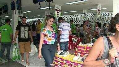 Comércio de Caruaru registra grande movimento na véspera de Natal - Consumidores deixaram para fazer as compras natalinas de última hora, aumentando as vendas na véspera de natal.