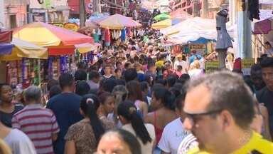 Centro tem movimento intenso na véspera de Natal - População lotou lojas em busca de presentes.