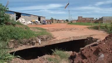 Canal para escoar água da chuva vira cratera em Luís Eduardo Magalhães, na região oeste - Segundo os moradores, quatro pessoas já foram vítimas do buraco. Veja na reportagem.