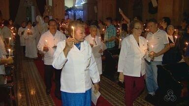 Fiéis se reúnem na Igreja da Matriz para Missa do Galo, em Manaus - Celebração tradicional foi presidida por Dom Sérgio Castriani.