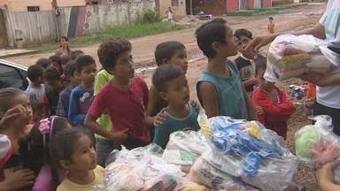 Famílias carentes de bairro da Zona Norte de Macapá receberam doações no natal - Famílias carentes do bairro Jardim Felicidade 2, na Zona Norte de Macapá receberam doações neste natal. Brinquedos e alimentos foram distribuídos para dezenas de pessoas.