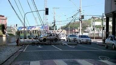 Motorista passa mal e bate ônibus em poste no Centro de Vitória - Duas faixas da avenida Jerônimo Monteiro foram interditadas.Acidente aconteceu por volta das 15h deste domingo (25).