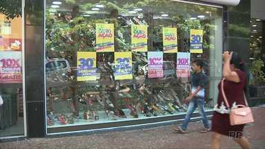 Comércio oferece descontos para aumentar as vendas pós-natal - Muitas lojas do centro da cidade estão com promoções nas vitrines.