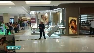 Roubo a joalheria termina em tiroteio dentro do Shopping Ibirapuera - No fim da tarde da última quinta-feira (29), ladrões roubaram a joalheria Vivara, do Shopping Ibirapuera, na Zona Sul da capital. Os bandidos quebraram a vitrine e, na fuga, saíram atirando. Câmeras de segurança registraram tudo.