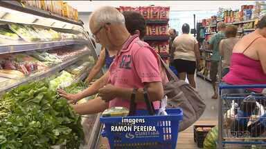 Movimento é grande nos supermercados no último dia do ano - Muita gente deixou para fazer as compras na última hora.