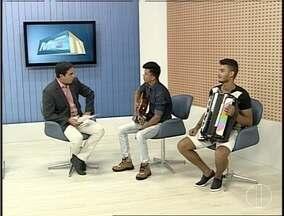 Cantor Flávio Lins faz apresentação durante réveillon em Montes Claros - Cantor sertanejo faz apresentação junto a outros músicos.