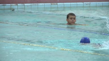 Natação ajuda no desenvolvimento de crianças autistas - Prática da atividade física traz muitos benefícios para quem tem autismo.